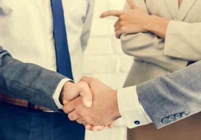 Kundenauftrag mit Handschlag besiegelt