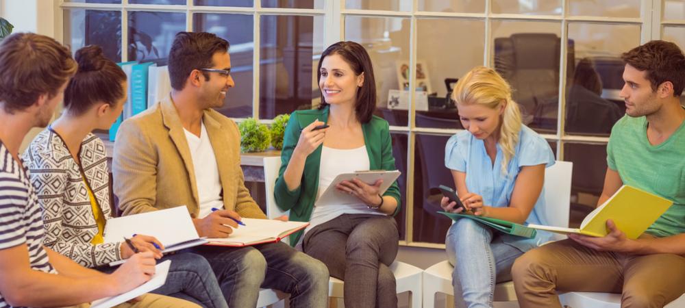 Business Netzwerk Frau überzeugt Gesprächspartner von sich